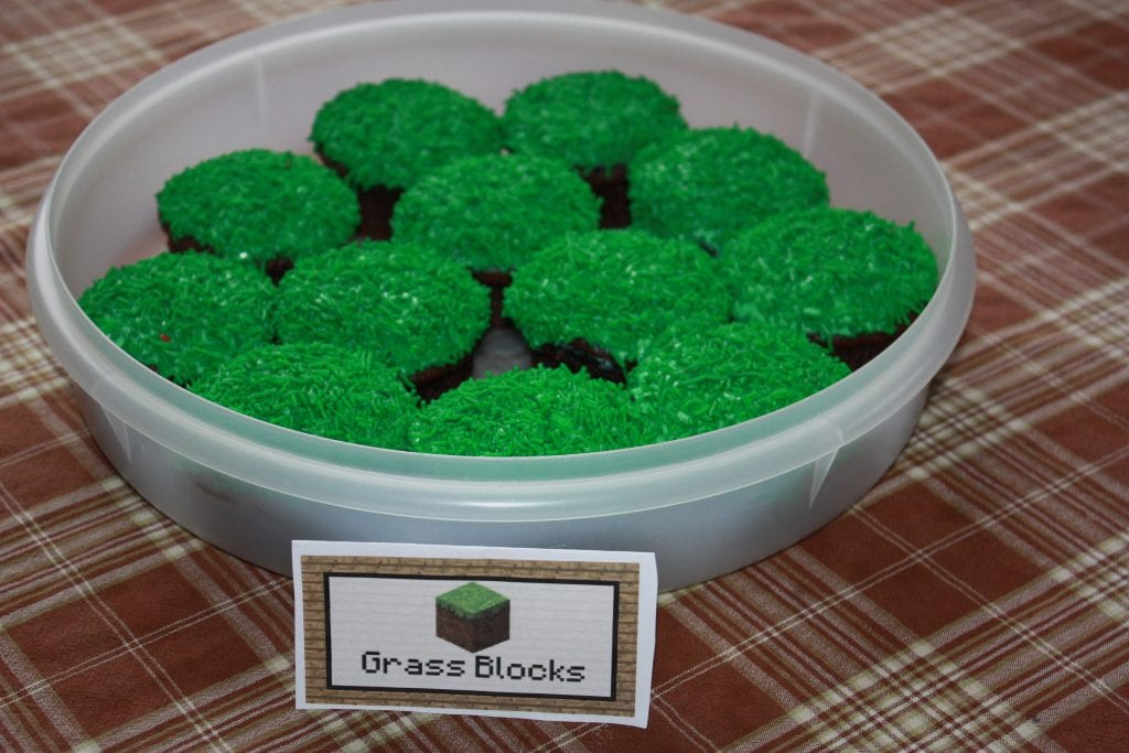 These Minecraft birthday cupcakes are so simple to make.